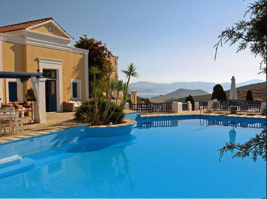 Lefkes Village Hotel, Paros, GréciaParte do arquipélago das Cíclades, Paros oferece tudo o que há de melhor nas ilhas gregas com preços mais baixos do que em outras ilhas mais turísticas como Mykonos e Santorini. Localizado no pequeno vilarejo de Lefkes, o hotel Lefkes Village tem 20 quartos contemporâneos e conta com piscina, um pequeno museu e um restaurante com pratos feitos à base de ingredientes colhidos no jardim. Diárias a partir de R$ 162