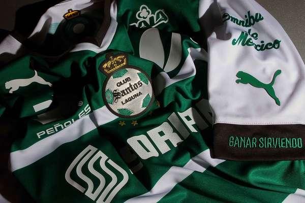Santos Laguna presentó su nuevo uniforme de local y de visita, así como su indumentaria de portero, que estrenará en el Clausura 2014 y en su participación en la Copa Libertadores.