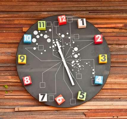 O design apurado chegou também aos tradicionalmente simples relógios de parede. Já não é difícil encontrá-los em diversos estilos, cores e formas