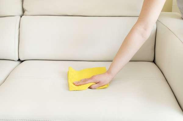 Manchas de comida podem causar um enorme estrago no sofá. Mas não se desespere. Veja a seguir como salvar o estofado com produtos simples como vinagre e detergente