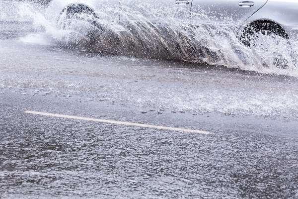 As chuvas fortes, comuns nessa época do ano, causam alagamentos