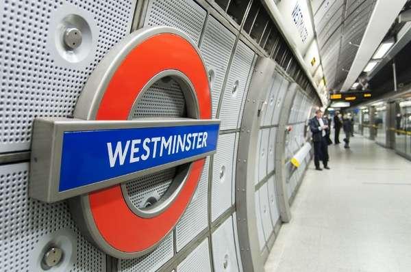 O metrô de Londres é conhecido por ser o maior do mundo em extensão, com 408 km e 11 linhas e 270 estações, somando cerca de 3,5 milhões de passageiros diariamente. O preço varia por zonas: para andar dentro da zona 1, por exemplo, pagando em dinheiro, o custo é de 4,5 libras (R$ 17) por viagem. É possível carregar um cartão: o bilhete então sai por 2,1 libras (R$ 7,96)