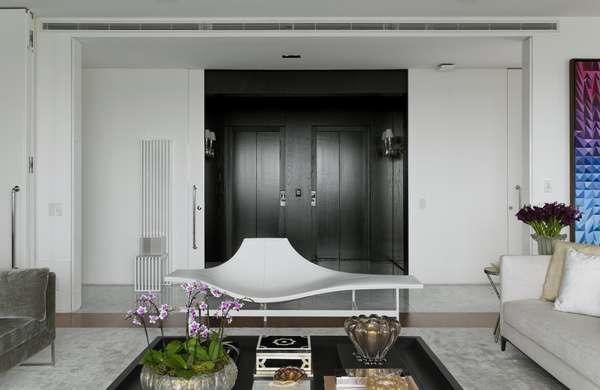 A parte mais atraente deste apartamento, segundo o arquiteto Diego Revollo, é o hall de entrada preto com os tons mais claros da sala adjacente