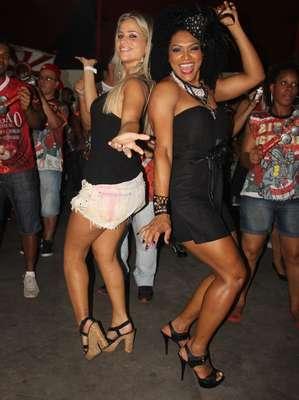 Mônica Arpor e Simone Sampaio caíram no samba com a Dragões da Real no último sábado (21), em São Paulo