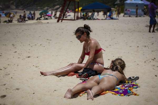 23 de dezembro - Apesar do tempo úmido, o sol apareceu em Florianópolis nesta segunda-feira, levando banhistas à Praia Mole