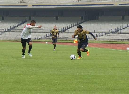 Liga mx mart n bravo marca doblete en empate de pumas con for Puerta 5b estadio universitario