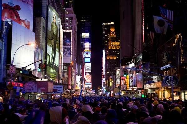 Em Nova York, por exemplo, o turista que deseja passar a virada de ano na Time Square e ir numa festa aos seus arredores precisa ser maior de idade de acordo com a lei americana (21 anos)