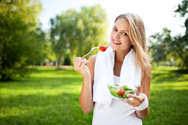 Durante as férias de verão, a boa forma pode ser mantida com a realização de exercícios físicos simples e alimentação balanceada