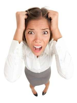 1. Suor causado pelo estresseAcredite ou não, existem diferentes tipos de suor, quimicamente falando. E o mais fedido é o suor causado pelo estresse. Isto porque ele é produzido por uma categoria de glândulas chamadas apócrinas, responsáveis pela produção de um suor menos rico em água, o que faz com que as bactérias se alimentem de gorduras e proteínas presentes. E é isto que causa o odor, de acordo com a Mayo Clinic