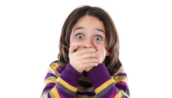 É quase impossível imaginar uma criança usando dentadura, mas em alguns casos realmente é necessário
