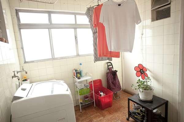 Lugar onde ficam roupas, lixo e objetos de limpeza, as áreas de serviço tendem a ficar muito bagunçadas. A personal organizer Ana Afonso ensina algumas dicas simples para arrumar o espaço de modo a deixá-lo mais agradável e útil. Informações: (11) 99191-2517