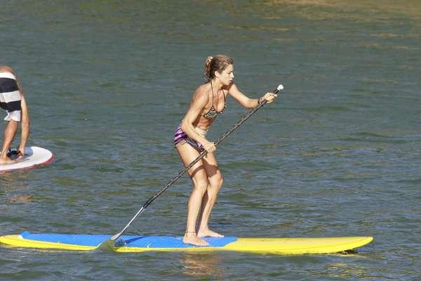 Na tarde da última quarta-feira (8), Grazi Massafera foi fotografada praticando stand up paddle na praia da Barra da Tijuca, no Rio de Janeiro. De biquíni, a atriz exibiu o corpo sarado