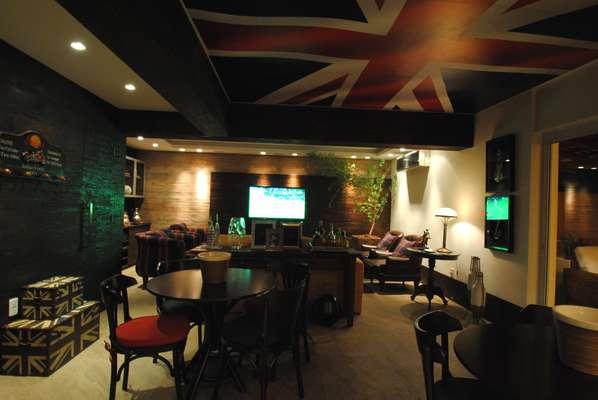 A reforma da área de lazer de uma casa em Porto Alegre mesclou o estilo típico dos bares ingleses com um ar praiano. O projeto é do arquiteto e decorador Ney Nunes. Informações: (51) 9520-8389