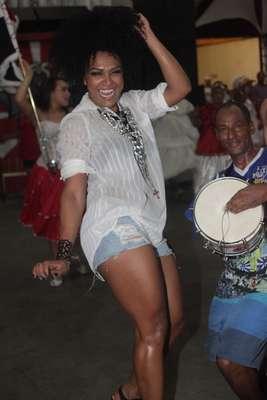 Simone Sampaio, rainha da escola de samba paulista Dragões da Real, mostrou samba no pé na noite de sábado (11) durante ensaio da agremiação. Também estiveram no ensaio a musa da escola, Cacau Colucci e a Miss Bumbum 2013 Dai Macedo. Na foto Simone Sampaio