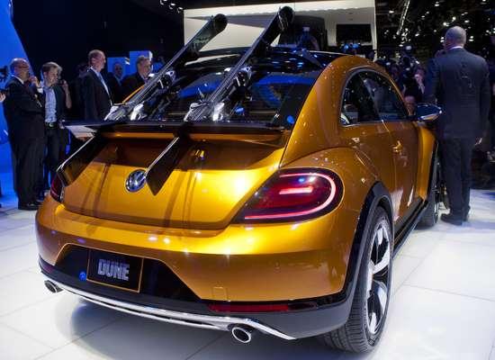 """Sem grandes novidades de produto, a Volkswagen elevou ao patamar de estrela o Beetle Dune – um conceito do Fusca pensado para as estradas de terra, areias de praia e montanhas. Contudo, na fria Detroit o carro parecia tão deslocado, que até mesmo o par de esquis colocados na traseira atrapalharam. E a fabricante ainda fez questão de ressaltar que o estudo está """"praticamente"""" pronto para a produção"""