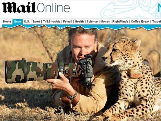 """Deitado sobre a grama em uma reserva africana, o fotógrafo Chris Du Plessis parece ensinar Mtombi, a chita (ou guepardo), a fotografar. Ela aprende as lições parada tranquilamente ao lado dele. O animal, aparentemente relaxado - apesar do ambiente hostil e do """"invasor"""" humano - aproveita a aula. O registro foi feito na África do Sul, onde o alemão capturava imagens da vida selvagem. Apesar de aparentemente dócil, a chita caça sozinha. Depois de visitar o fotógrafo, Mtombi seguiu seu caminho no safári"""