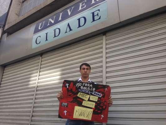 14 de janeiro - William Bezerra Lopes, 22 anos, aluno de publicidade e propaganda da UniverCidade, em Ipanema, no Rio, não conseguiu contato com diretores e professores e deixou a monografia com o porteiro