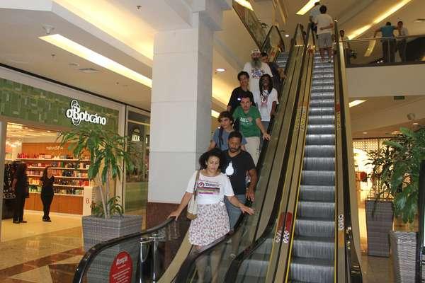 """Cerca de 20 pessoas participaram neste domingo do """"rolezinho"""" no Moinhos Shopping, em Porto Alegre. No Facebook, havia mais de 500 confirmados no evento"""