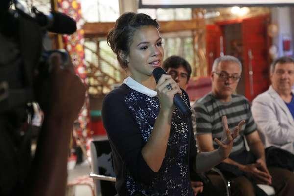 Bruna Marquezine chorou ao falar na coletiva da novela 'Em Família', próxima trama das 21h de autoria de Manoel Carlos. Em 2003, ela começou na TV com o papel de Salete, em 'Mulheres Apaixonadas', também de Maneco. Desta vez, ela interpretará a protagonista Helena ainda jovem e também sua filha, Luiza