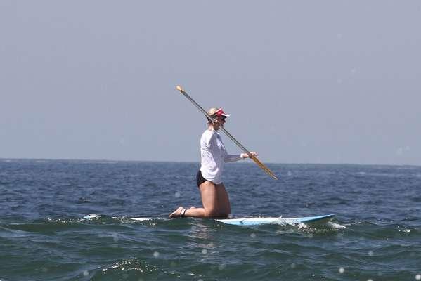Paula Burlamaqui reuniu as amigas nesta quarta-feira (22) para praticar stand up paddle no Rio de Janeiro
