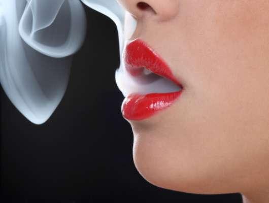 1. En principio debes dejar de fumar, beber alcohol y limitar el consumo de alimentos que favorecen el mal aliento, como el ajo y la cebolla.