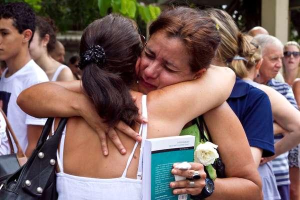 Na data que marca um ano da tragédia, um ato na Praça Saldanha Marinho, em Santa Maria, distribui abraços a familiares das vítimas do incêndio na Boate Kiss, que matou 242 pessoas