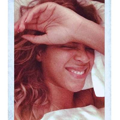 Beyoncé costuma aparecer produzida, com pele perfeita, olhos marcados e batom, seja em tom clarinho ou forte. Mas a cantora publicou duas foto de cara lavada na quarta-feira (29). Ainda na cama, ela aparece sorrindo em uma das imagens, sem maquiagem e brinco, com a mão na testa