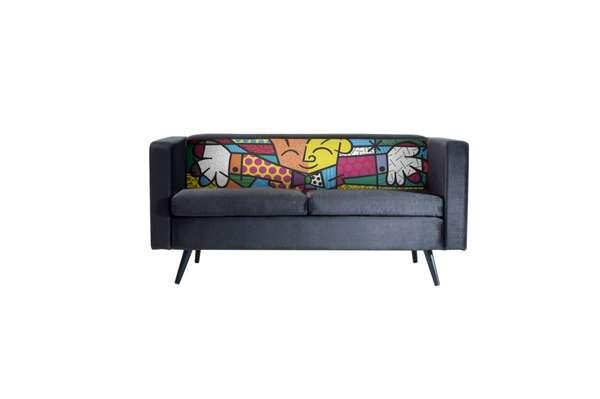 Dá até pena de sentar em um sofá que tem uma tela no encosto. Mas o conforto do estofado e os braços abertos do personagem tornam o convite irrecusável. Os móveis assinados por Romero Britto, como este sofá, são uma parceria do artista com a marca Daf Mobiliário. Informações: (54) 3388-9510