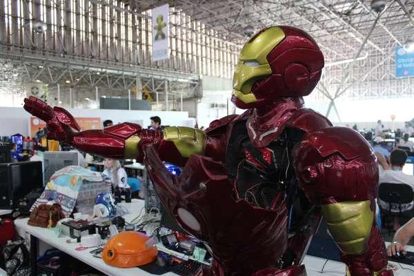 Alexandre Ferreira de Souza contou com a ajuda da mãe Iolanda para finalizar a casemod inspirada no Homem de Ferro.