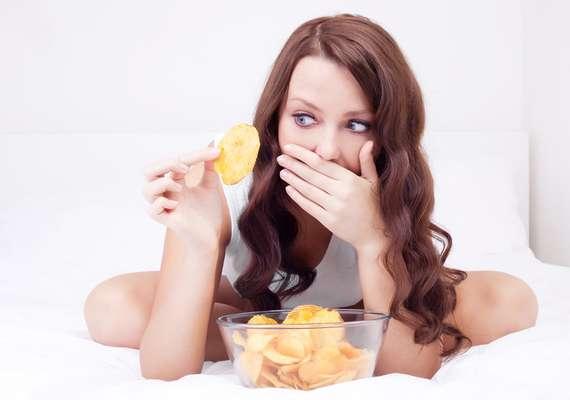 Consumo excessivo de fritura, doce e refrigerante favorece a concentração de toxinas responsáveis pela inflamação das células envolvidas nas camadas do tecido cutâneo