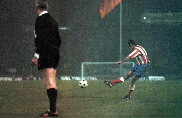 Gol de Luis Aragonés de lanzamiento de falta durante la final de la Copa de Europa disputada en 1974 entre el Atlético y el Bayern alemán (1-1).