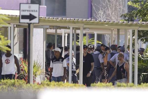 Policiais tentam conter torcedores que invadiram Centro de Treinamento do Corinthians