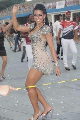 As eternas ex-concorrentes ao título de Miss Bumbum Dai Macedo e Graciella Carvalho esbanjaram boa forma no ensaio técnico da escola de samba Dragões da Real, no domingo (2), no Sambódromo do Anhembi, em São Paulo. Mas quem realmente roubou a cena foi a dançarina Simone Sampaio, rainha de bateria da agremiação