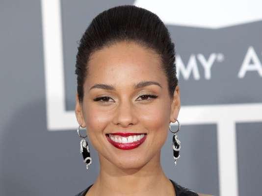 Sucesso com o hit Girl on fire, Alicia Keys se destaca pela pele iluminada conquistada por meio de uma rotina que tem como principal trunfo a ingestão de água