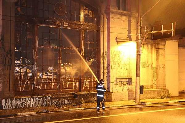 Bombeiros combatem o incêndio no prédio co Centro Cultural do colégio Liceu, no centro de São Paulo