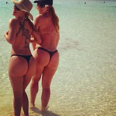 Em agosto de 2013, a ex-BBB Cacau Colucci postou foto nas redes sociais de fio dental e topless
