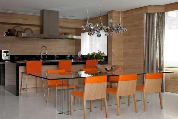 Ao reformar o apartamento, o casal de moradores pediu uma cozinha só para receber os amigos, que foi integrada à sala de jantar. Este projeto foi pensado para um casal recém-casado, que adora se reunir com amigos e família. O dono curte cozinhar, então o pedido inicial era uma cozinha onde ele pudesse receber e trabalhar ao mesmo tempo, que foi integrada com a sala de jantar. Atrás desta há outra cozinha que funciona no dia a dia, conta o designer de interiores Marco Aurélio Viterbo, que assinou o projeto de reforma. Informações: (11) 3062-0304
