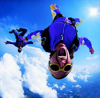 Lánzate del paracaídas. Nada mejor que aventurarte a una experiencia única que te hará sentir toda la adrenalina al lado del que amas. No pierdas la oportunidad de sentir el aire en tu rostro y ver el cielo desde otra perspectiva.