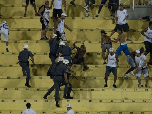 Entre protestos, confusão com a PM nas arquibancadas e sofrimento, os corintianos acompanharam a derrota por 2 a 0 para o Bragantino na noite desta quarta-feira, no Pacaembu, a quarta seguida no Campeonato Paulista; veja