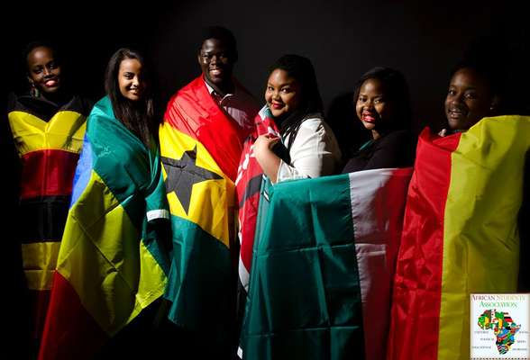 Campanha traz estudantes segurando bandeiras de países do continente africano