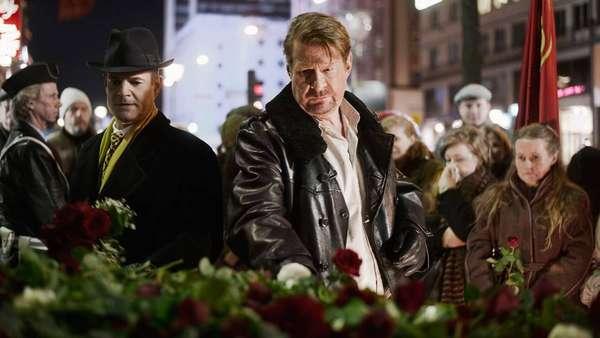 'En Pilgrims Död' es una miniserie sueca de cuatro capítulo que reconstuye la investigación del asesinato del ex primer ministro Olof Palme lanzando la teoría de que la policía estuvo implicada. El relato se reparte entre el presente y flashbacks que viajan 25 años al pasado.