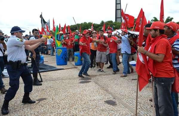 Policiais usam armas taser contra manifestantes durante protesto do MST
