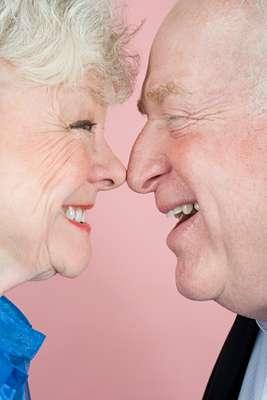 O que significa sexo para você?: está na hora de definir que tipo de relação sexual é adequada para o seu gosto. Em vez de seguir sempre os desejos do parceiro, é necessário explorar o próprio corpo para saber se prefere o toque corporal ou beijos sensuais prolongados. Segundo a publicação, uma mulher descobriu aos 60 anos que ficava excitada quando sentia o corpo do marido sobre o seu e não necessariamente no ato sexual em si. É preciso explorar novas formas de atingir o orgasmo