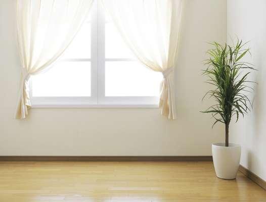 Cortinas claras e plantas são alguns dos artifícios que podem ser usados para amenizar o calor