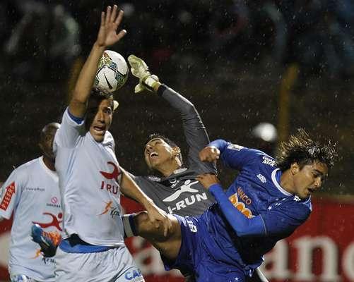 Fora de casa, o Cruzeiro não estreou bem na Libertadores: a equipe mineira saiu na frente, mas tomou a virada em Huancayo e perdeu por 2 a 1 para o Real Garcilaso em jogo marcado por atitudes racistas da torcida peruana contra o jogador Tinga