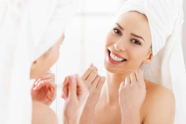 Mais distante das marcas de acne e dos poros abertos, rosto recupera a vivacidade e a maciez facial, após a aplicação de nanoenxertos de gordura abdominal