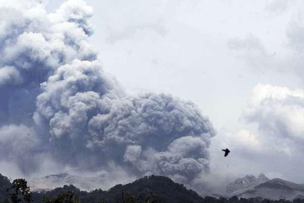 Monte Kelud visto da vila de Anyar, leste de Java, Indonésia, nesta sexta-feira, 14 de fevereiro. A erupção do vulcão foi a maior registrada nos últimos séculos, fechando três aeroportos internacionais e deslocando milhares de pessoas