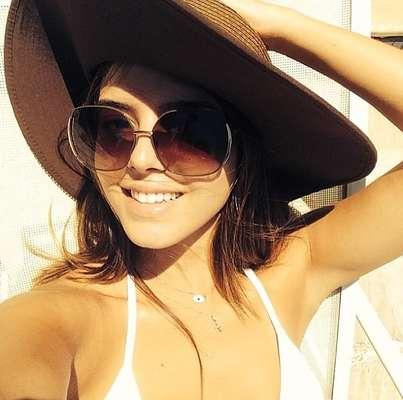 Giovanna Lancellotti não abre mão do chapéu para ir a praia