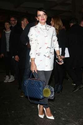 A cantora Lily Allen escolheu um casaco com pequenos desenhos para assistir da primeira fila ao desfile da grife House of Holland, durante a semana de moda de Londres, neste sábado (15)