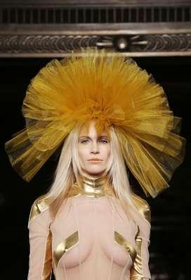 Conhecida por vestir celebridades como Lady Gaga, Rihanna, Lily Allen e Kate Moss, a estilista escocesa Pam Hogg mostrou apoio à causa do grupo de punk rock feminista Pussy Riot no primeiro dia da semana de moda de Londres, na sexta-feira (14)